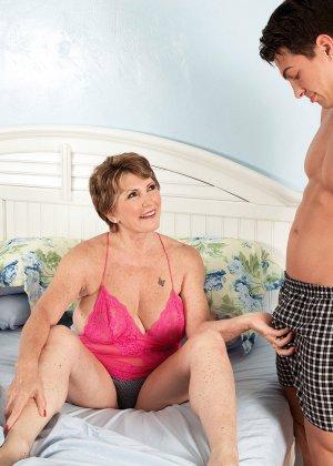 Пока муженек спит, в комнату Беа Каммингс приходит молодой друг и начинает ее иметь