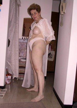 Пожилая женщина имеет еще приличные буфера и бритую киску, готовую к траху в любой момент