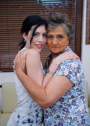 Бабуля лижет попку своей молодой соседке и целует ее груди, ведь она такая симпатичная девушка