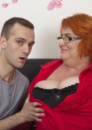 Молодой парень оказывается в шоке от объема груди своей партнерши и решает непременно присунуть член между буферами