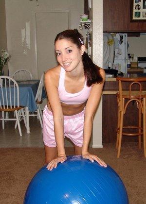 Девушка не только любит поиграть с мячиком, но и также приласкать свою горячую киску, требующую внимания