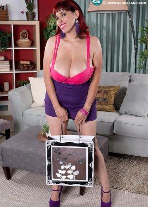 Элли Флинн пркупила новые лифчики, и хочет их примерить при своем парне