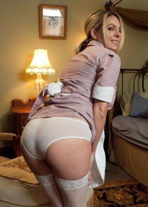 Убирая в номере у богатого мужика, горничная наталкивается на запретные аксессуары, за это он ее и наказывает
