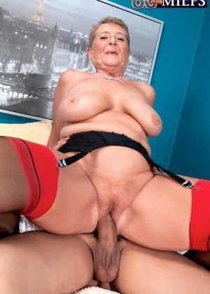 Красное белье просто великолепно смотрится на зрелой Джоанне Прис