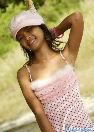 Девушка-азиатка качается на качелях и показывает свое хрупкое тело, раскрывая некоторые интимные части