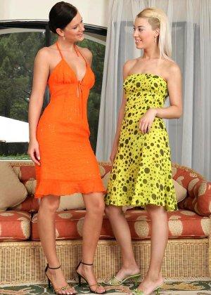 Блондинка и брюнетка увлекаются лесбийскими ласками
