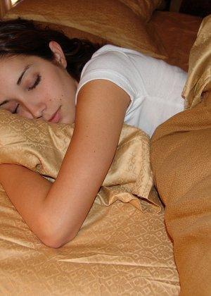 Пока женушка спит муж рассмотрел ее красивую попку в кокетливых розовых трусиках и успел подрочить