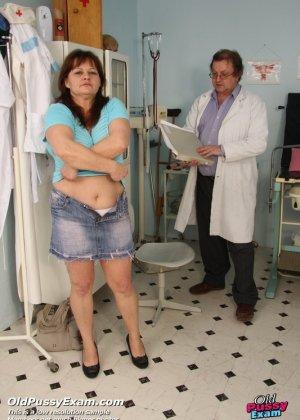 Светлана приходит на прием к гинекологу и позволяет себя осматривать с помощью специальных предметов