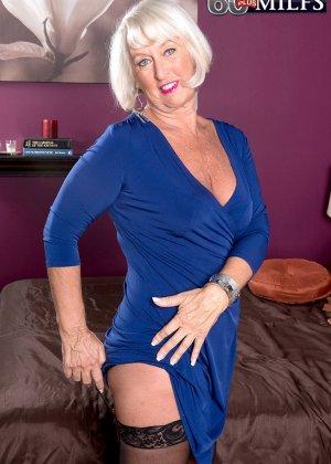 Любовник снимает синее платье красотки Дженни Лоу и радует ее дырочки своим толстым хуем