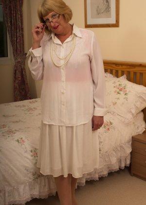 Кокетливой бабуле нравится носить эротическое белье под своим скромным нарядом
