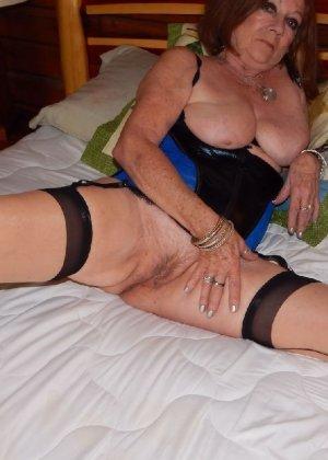 Женщина в возрасте и пышном теле очень хочет секса, поэтому пользуется разными секс-игрушками