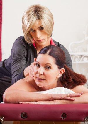 Блондин транс делает массаж клиентке, ей понравилось, и она попросила, чтобы тот ее трахнул