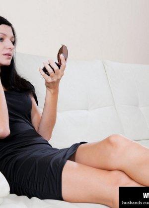 Красивая брюнетка заставила своего мужа смотреть как её ебет любовник