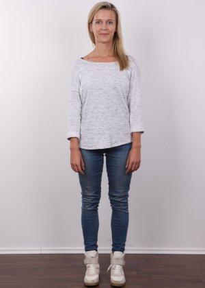 Слегка волосатый лобок девушки, которая предпочитает носить джинсы и свободные свитера