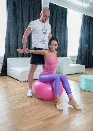 Девушка-гимнастка умеет садиться на шпагат и не только, чем завлекает молодого опытного жеребца
