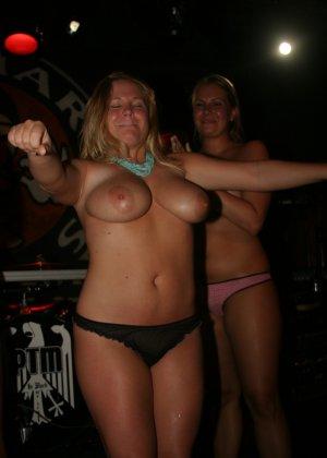 Пьяные девушки показывают свои обнаженные тела в стенах клуба