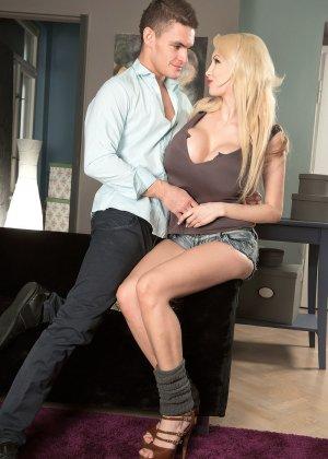 Блондинистая женщина с силиконовыми дойка отдалась незнакомцу на диване