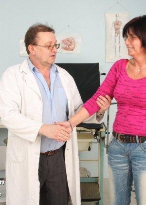 Зрелая женщина приходит на прием к гинекологу, раздвигает ноги и с удовольствием дает себя осмотреть