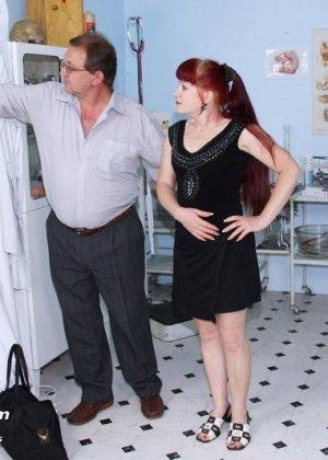 Женщина в возрасте встает в разные позы, чтобы дать развратному врачу рассмотреть себя везде