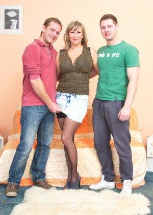 Два молодых парня стараются угодить зрелой женщине, ублажая ее с помощью нежных ласк