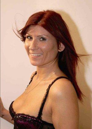 Зрелая рыжеволосая тетка обливает свое лицо большим количеством спермы