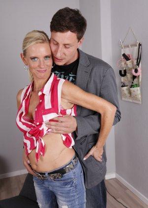 Опытный муж разминает висящие сиськи своей зрелой блондинистой жены