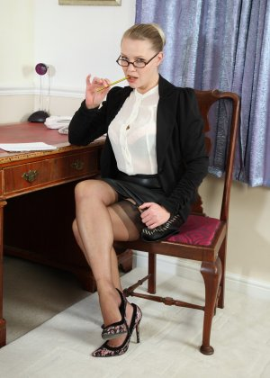 Блондинка с большими буферами раздевается прямо на столе и показывает себя