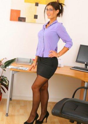 Эмма Твигг – обалденная брюнетка, которая показывает свою шикарную фигурку в офисном прикиде