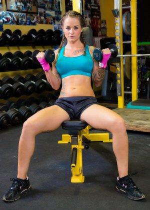 Девушка занимается фитнесом, а затем показывает свое красивое тело с большими татуировками