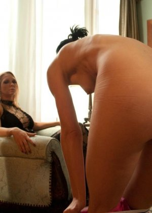 Рисковая дамочка разрешает испытывать свое тело на прочность с помощью некоторых предметов