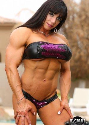 Марина Лопес обладает необыкновенно подтянутым телом, которое она так стремится показать всем