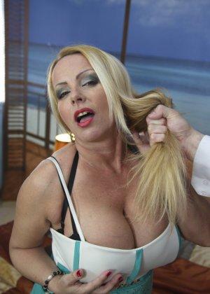 Блондинка с огромными сиськами оказалась профессиональной шлюшкой, которая отлично сосет и трахается во все щели
