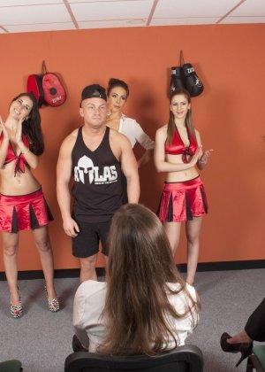 Тренеру делают отсос куда его молодых худеньких девушек в комнате