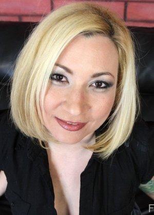 Блондинка с тату трахается на диване приставив к себе секс машину