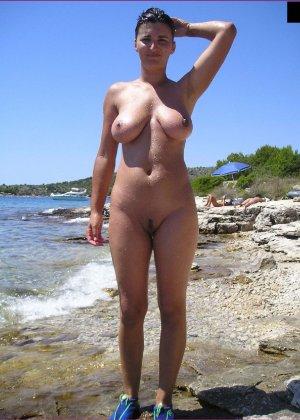 Грудастая зрелая телочка отдыхает на море в голом виде