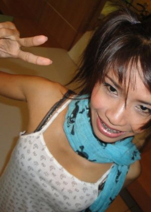 Тощая азиатка с крошечными сиськами с наслаждением сосет крепкий член
