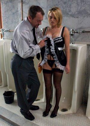 Горничная не только убирается в хате, но и лижет пизду хозяйке и сосет пенис ее мужа