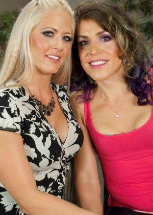 Две девушки уединяются для лесбийских ласк
