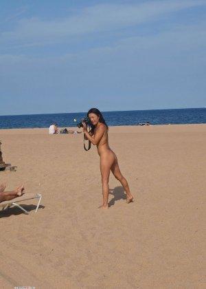 Голые девушки на пляже фоткают друг друга и играют в волейбол
