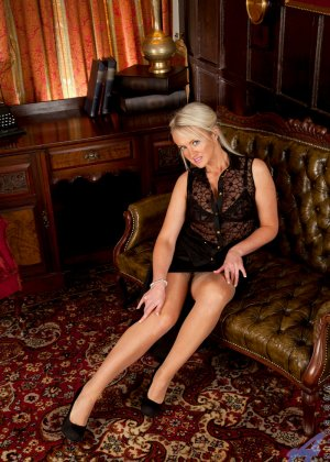 Опытная блондинка знает, как правильно встать, чтобы показать всю свою сексуальность с выгодных ракурсов