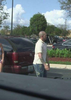 Горячая блондинка делает минет парню на заднем сидении в машине