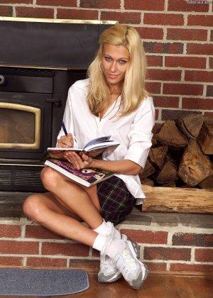 Блондинка раздвигает ножки и показывает, как она может до упора вставить бутылочку в пизду