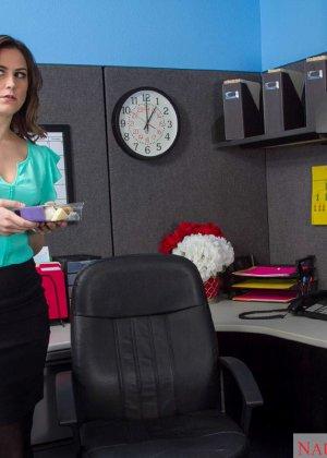 Эдди Дженифер любит поскакать на большом члене своего начальника во время обеденного перерыва