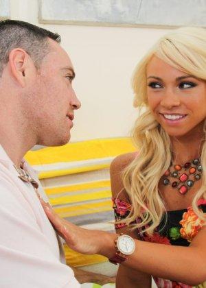 Озорная блондинка отдается возбужденному партнеру и позволяет ему трахать себя, как только можно