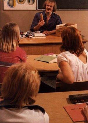 Учитель оказывается первым мужчиной для своих студенток и показывает им свои умения на практике