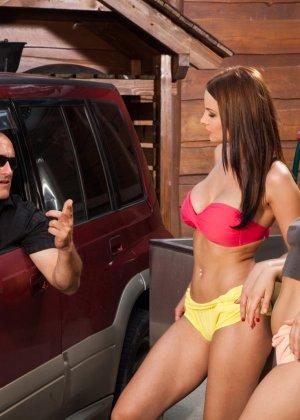 Девушки в сексуальных трусиках взяли в ротик у лысого паренька у машины