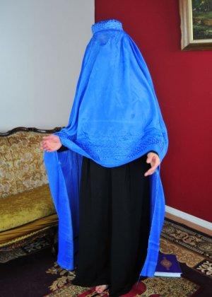Мусульманская красотка с пышной грудью берет в рот стоя на коленках на полу