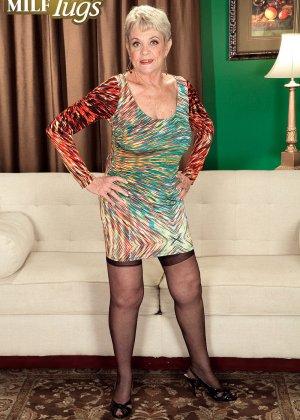 Зрелая проститутка вспоминает свою молодость и скачет на упругом члене брутального парня