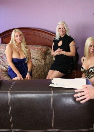 Три блондинки трахаются с двумя зрелыми мужиками с большими хуями
