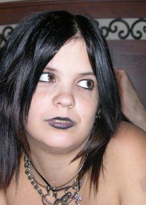 Пышная брюнетка с черными губами показала натуральную грудь перед камерой
